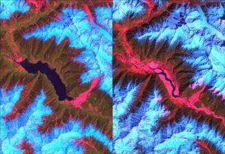 Landsat-Aufnahmen eines aufgestauten Sees am Tsangpo River, der sich Anfang 2000 durch einen Erdrutsch bildete. Der Erdrutsch ist im unteren rechten Teil der linken Aufnahme zu sehen. Im Juni 2000 brach der entstandene Damm zusammen (rechte Aufnahme). (USGS / NASA)
