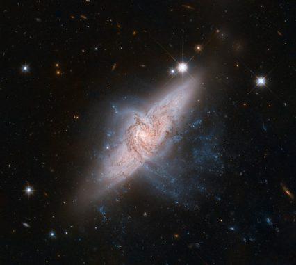 Die beiden sich überdeckenden Galaxien NGC 3314A und NGC 3314B sind zufällig so ausgerichtet, dass es für uns so aussieht, als würden sie miteinander kollidieren. (NASA, ESA, the Hubble Heritage (STScI / AURA) - ESA / Hubble Collaboration, and W. Keel (University of Alabama)