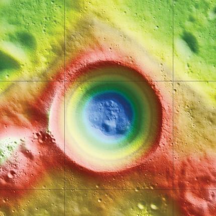 Höhenprofil des Kraters Shackleton, basierend auf Höhenmessungen mit dem Laser Altimeter an Bord des LRO. Die tiefsten Stellen sind blau dargestellt, die höchsten Erhebungen sind rot und weiß markiert. (NASA / Zuber, M.T. et al., Nature, 2012)
