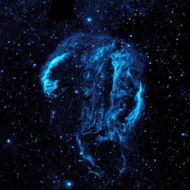 Der Cirrusnebel in ultravioletten Wellenlängen, aufgenommen vom Galaxy Evolution Explorer (GALEX). (NASA / JPL-Caltech)