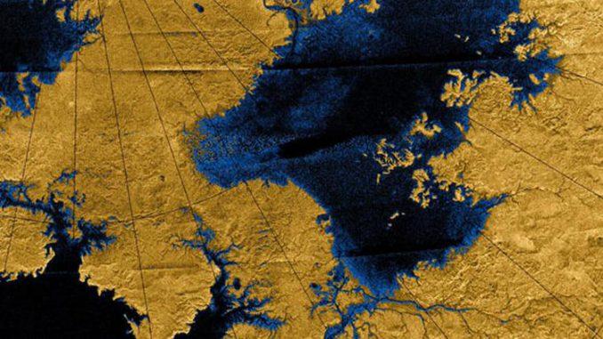Bilder der Nordpolarregion Titans. Man erkennt Fluss-Netzwerke, die in großen Seen münden. (NASA / JPL / USGS)