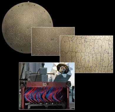 Mit Hilfe solcher Plug Plates misst BOSS die genauen Spektren vieler tausend Objekte am Nachthimmel, zum Beispiel Galaxien, Quasare oder Sterne. (BOSS / SDSS-III)