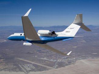 Die C-20A (Gulfstream III) der NASA mit dem UAVSAR an der Unterseite des Flugzeugs. (NASA / Lori Losey)