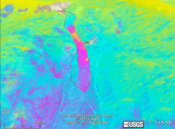 Die rote Linie in diesem Google Earth Falschfarben-Bild ist die aktive Region des Slumgullion-Erdrutsches in Colorado, wie sie vom U.S. Geological Survey kartiert wurde. Die pinkfarbenen, violetten und gelben Bereiche stellen die Gebiete dar, die sich am schnellsten bewegen. Das gelbe Gebiet innerhalb des Erdrutsches bewegte sich im August 2011 innerhalb von sieben Tagen um neun Zentimeter. (NASA image / USGS / Google Earth)