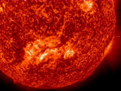 Das über 800.000 Kilometer lange Filament erscheint dunkler und hebt sich deutlich vor der Sonnenoberfläche ab. (NASA / SDO)
