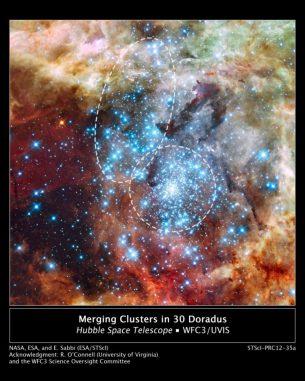 Die Sternentstehungsregion 30 Doradus, aufgenommen vom Weltraumteleskop Hubble. Die Sternhaufen, die sich offenbar kurz vor einer Verschmelzung befinden, sind markiert. (NASA, ESA, and E. Sabbi (ESA / STScI) Acknowledgment: R. O'Connell (University of Virginia) and the Wide Field Camera 3 Science Oversight Committee)