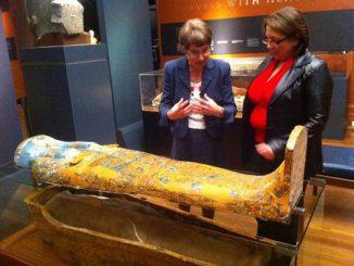 Dr. Karin Sowada (links) und Dr. Geraldine Jacobsen hinter einem der untersuchten Sarkophage. (Macquarie University)