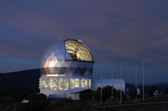 Das Hobby-Eberly Telescope in Texas. Mit seiner Hilfe fanden die Astronomen Belege für die kürzliche Zerstörung eines Exoplaneten durch dessen Zentralstern, einen Roten Riesen. (Marty Harris / McDonald Obs. / UT-Austin)
