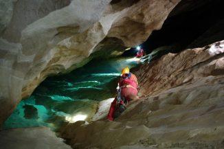 Astronauten bei der Erkundung einer Höhle auf Sardinien im Rahmen des letztjährigen Lehrgangs CAVES 2011. (ESA - R. Bresnik)