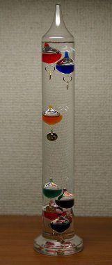 Ein modernes Galileo-Thermometer. (Wikipedia / User Hustvedt / CC BY-SA 3.0)