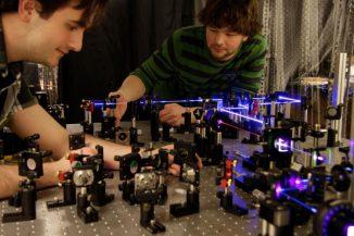 Dylan Mahler (links) und Lee Rozema (rechts) bei Vorbereitungen zu einem Experiment. (Dylan Mahler, University of Toronto)