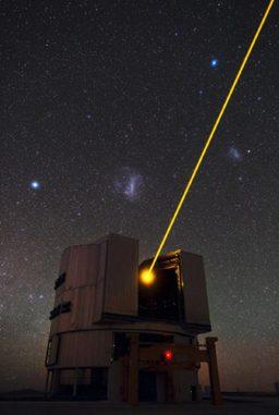 Eines der vier Observatorien des Very Large Telescope (VLT) der Europäischen Südsternwarte in Chile mit den beiden Magellanschen Wolken im Hintergrund. (ESO / B. Tafreshi (twanight.org))