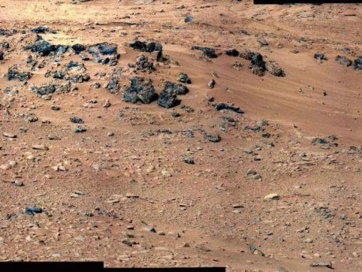 Rocknest. Hier wird Curiosity erstmals seine Schaufel für die Entnahme von Bodenproben verwenden. (NASA / JPL-Caltech / MSSS)