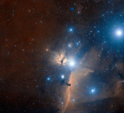 Der Pferdekopfnebel (unterhalb der Bildmitte), der Flammennebel (in der Bildmitte) und zwei Gürtelsterne des Orion (Alnitak nahe der Bildmitte und Alnilam oben rechts). (ESO and Digitized Sky Survey 2. Acknowledgment: Davide De Martin)