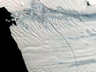 Mitte Oktober 2011 entdeckten Forscher der NASA diesen 30 Kilometer langen Riss im Pine Island Gletscher in Antarktika. (NASA / GSFC / METI / ERSDAC / JAROS, and U.S. / Japan ASTER Science Team)