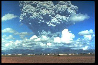 Eruptionssäule des Pinatubo während des Ausbruchs vom 12. Juni 1991. (U.S. Geological Survey Photograph taken on June 12, 1991, by Dave Harlow)