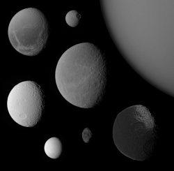 Die Vielfalt des Saturnsystems. Im Uhrzeigersinn: Titan (oben rechts) gefolgt von Iapetus, Hyperion, Enceladus, Tethys, Dione, Mimas und Rhea in der Bildmitte. (NASA / JPL / SSI; montage by E. Lakdawalla)