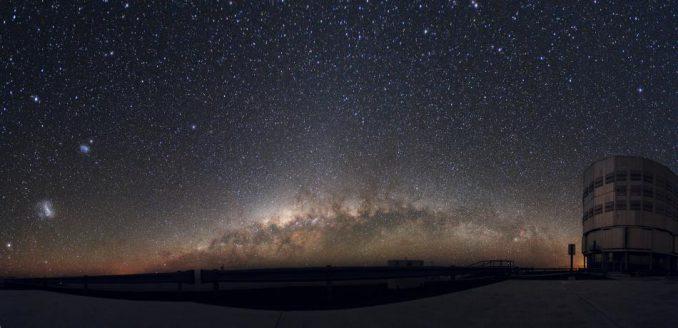 Die Milchstraße geht über dem Horizont an der Europäischen Südsternwarte in Chile auf. Ganz links ist die Große Magellansche Wolke zu sehen, etwas rechts oberhalb von ihr befindet sich die Kleine Magellansche Wolke. (ESO / Y. Beletsky)