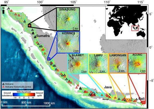 Karte der gemittelten Bewegungen und Geschwindigkeiten im westlichen Sundabogen in Indonesien, basierend auf InSAR-Daten. Positive Geschwindigkeiten (rot) repräsentieren Anhebungen, negative Geschwindigkeiten (blau) stellen Senkungen dar. Die Positionen der Vulkane sind durch schwarze Dreiecke markiert, rote Dreiecke entsprechen ehemals aktiven Vulkanen. Die kleinen Bilder zeigen Nahaufnahmen der 6 sich aufblähenden Vulkane. (Estelle Chaussard)