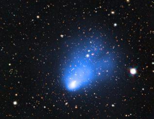 """Der Galaxienhaufen """"El Gordo"""" in einer Aufnahme aus kombinierten Daten des Very Large Telescope, des Weltraumteleskops Chandra und des SOAR Telescope. (ESO / SOAR / NASA)"""