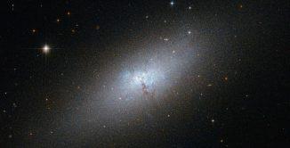 Die blaue kompakte Zwerggalaxie NGC 5253, aufgenommen vom Weltraumteleskop Hubble. (ESA / Hubble & NASA / Acknowledgement: N. Sulzenauer)