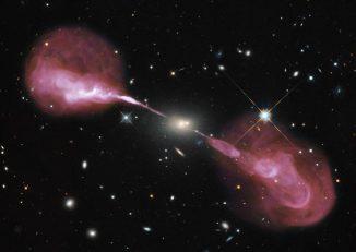 Aus der Umgebung des supermassiven Schwarzen Lochs im Zentrum der elliptischen Galaxie Hercules A werden zwei spektakuläre Jets in den intergalaktischen Raum geschleudert. (NASA, ESA, S. Baum and C. O'Dea (RIT), R. Perley and W. Cotton (NRAO / AUI / NSF), and the Hubble Heritage Team (STScI / AURA))