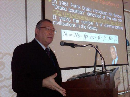 Claudio Maccone erläutert die Drake-Formel. (SETI League)