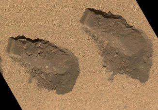 Grabungsspuren des Rovers an der Rocknest-Verwehung. Die Sandkörnchen sind von feinem Staub ummantelt, was der Oberfläche der Verwehung eine leicht bräunlich-rote Farbe verleiht. (NASA / JPL-Caltech / MSSS)