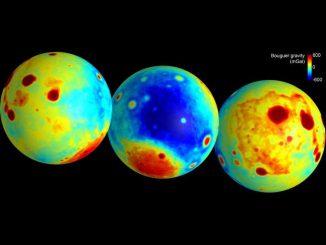 """Diese Karten zeigen die """"Bouguer""""-Gravitationsanomalien mit stärkerer (rot) und geringerer (blau) Gravitation, wie sie von der GRAIL-Mission gemessen wurden. Die Bouguer-Gravitation ist das, was nach Herausrechnung der Oberflächentopografie übrig bleibt. Sie repräsentiert also Masse-Anomalien innerhalb des Mondes. (NASA / JPL-Caltech / CSM)"""