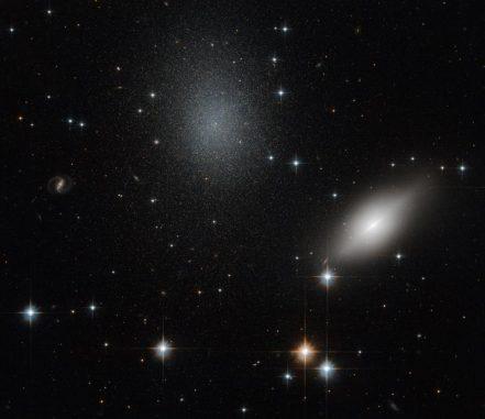 Die Galaxien NGC 5011B (rechts) und NGC 5011C (Mitte), aufgenommen vom Weltraumteleskop Hubble. (ESA / Hubble & NASA)
