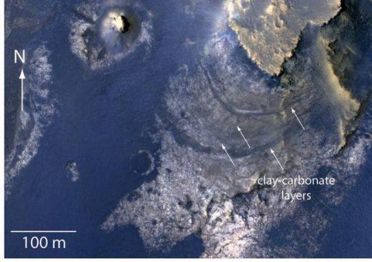 Schichten mit karbonathaltigen Gesteinen innerhalb des McLaughlin-Kraters auf dem Mars. (NASA / JPL-Caltech / Univ. of Arizona)