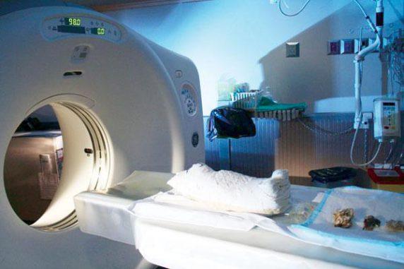 Yes, eine mumifizierte Katze, wird für einen CT-Scan am London Health Sciences Centre vorbereitet. (Photo courtesy of Andrew Nelson)