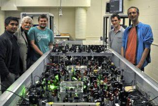 Vincent Daria, Hans Bachor, Jiri Janousek, Michael Taylor und Joachim Knittel experimentieren mit dem Quanten-Mikroskop, das an der Australian National University entwickelt wurde. (ANU)