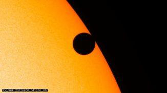 Der Venus-Transit am 5. Juni 2012, aufgenommen vom Solar Dynamics Observatory (SDO). Die Aufnahme zeigt die Venus kurz vor dem Verlassen der Sonnenscheibe. (NASA / SDO / HMI)