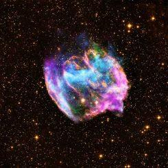 Der Supernova-Überrest W49B, basierend auf Daten des Chandra X-ray Observatory, des Palomar Observatoriums und des Very Large Array. (X-ray: NASA / CXC / MIT / L.Lopez et al.; Infrared: Palomar; Radio: NSF / NRAO / VLA)