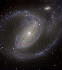 Die Balkenspiralgalaxie NGC 1097, aufgenommen vom Very Large Telescope der Europäischen Südsternwarte. (ESO)