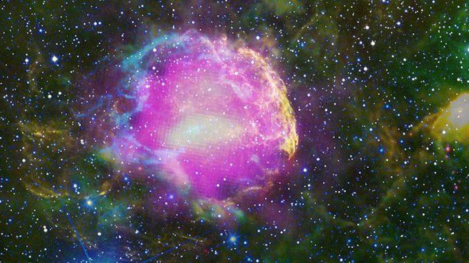 Der Supernova-Überrest IC 443. Fermis Gamma-Beobachtungen sind in magenta dargestellt. Optische Wellenlängen sind gelb. Blaue, cyane, grüne und rote Farbtöne kennzeichnen Infrarotdaten des WISE-Teleskops. (NASA / DOE / Fermi LAT Collaboration, NOAO / AURA / NSF, JPL-Caltech / UCLA)
