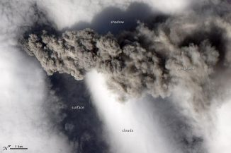 Die Aschewolke des Eyjafjallajökull am 18. Mai 2010. (NASA Earth Observatory image created by Jesse Allen and Robert Simmon, using EO-1 ALI data provided courtesy of the NASA EO-1 team. Caption by Rebecca Lindsey)