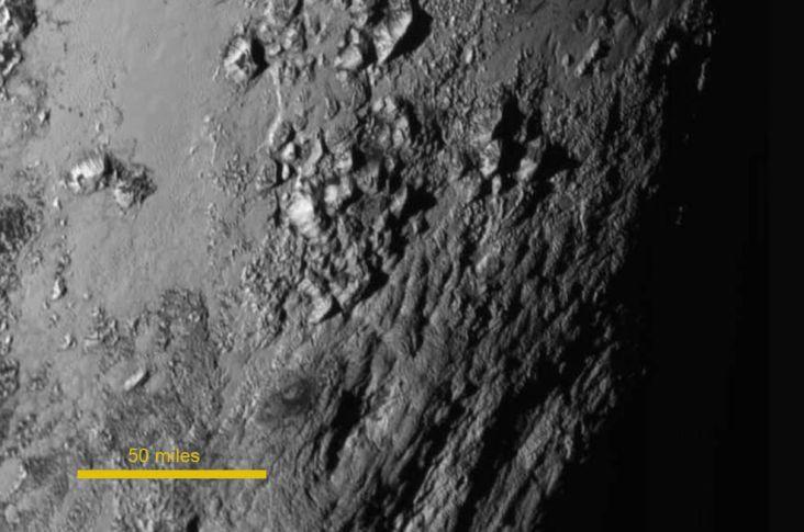 Nahaufnahme von Bergen aus Eis auf der Pluto-Oberfläche. (Courtesy of NASA - JHUAPL - SwRI)