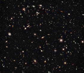 Hubble-Aufnahme eines fernen Galaxienfeldes. (NASA, ESA, G. Illingworth (UCO / Lick & UCSC), R. Bouwens (UCO / Lick & Leiden U.), and the HUDF09 Team)