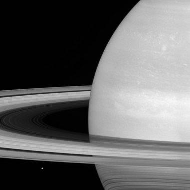 Saturn mit seinem Ringsystem und seinem kleinen Eismond Mimas. (NASA / JPL-Caltech / Space Science Institute)