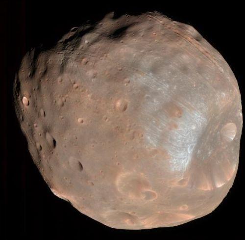 Farbaufnahme von Phobos (Courtesy of NASA / JPL-Caltech / Univ. of Arizona)