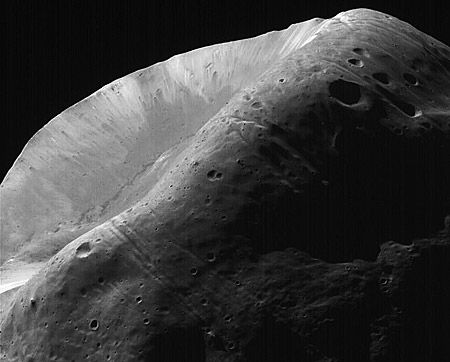 "Krater ""Stickney"" (Courtesy of NASA / JPL)"