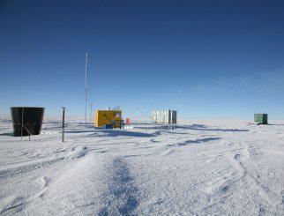 Ausrüstungsgegenstände am Dome A in Antarktika. Dome A liegt so hoch wie der Mauna Kea, ist aber zehnmal trockener und wäre ein idealer Standort für Beobachtungen im Terahertzbereich. (Xue-Fei Gong / Purple Mountain Observatory)