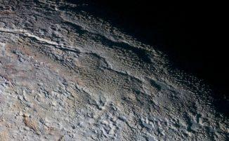 Das scharfkantige Terrain in Plutos Region mit dem inoffiziellen Namen Tartarus Dorsa, aufgenommen von der NASA-Raumsonde New Horizons im Juli 2015. (Credits: NASA / JHUAPL / SwRI)