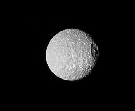 Mimas und sein Einschlagkrater Herschel, aufgenommen von der Raumsonde Cassini. (Credit: NASA / JPL-Caltech / Space Science Institute)