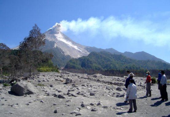 Indonesische Offizielle und Mitglieder des VDAP beobachten einen kleinen Kollaps am Gipfel des Vulkans Merapi. Das Bild wurde nach der Eruption im Jahr 2006 aufgenommen. (Credit: The Indonesian Center for Volcanology and Geologic Hazard Mitigation)