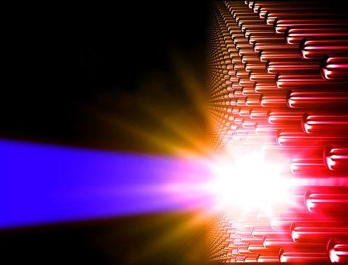 Diese Illustration zeigt die Erschaffung von Materie bei ultrahoher Energiedichte durch Laserimpulse, die auf eine Anordnung von Nanodrähten treffen. (Credit: R. Hollinger and A. Beardall)
