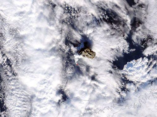 Die Aschewolke des Vulkans Bogoslof in Alaska, aufgenommen vom NASA-Satelliten Terra. (Credit: NASA)