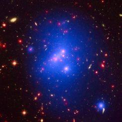 Der ferne, massereiche Galaxienhaufen IDCS J1426.5+3508 auf Basis von Daten der Weltraumteleskope Chandra (Röntgenstrahlung, blau), Hubble (sichtbares Licht, grün) und Spitzer (Infrarotstrahlung, rot). (Credit: X-ray: NASA / CXC / University of Missouri-Kansas City / M.Brodwin et al; Optical: NASA / STScI; Infrared: JPL / CalTech)